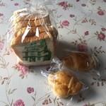 ボストンベイク - 食パン5枚切り105円、プチクロワッサン1個30円です。