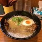 麺道部 - こってり鶏白湯肉のせ800円