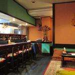 チャミヤラキッチン - ('15/10)店内座敷からカウンター方向を見たところ。