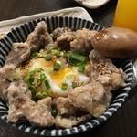 やきとりひびき庵 - レバ丼★ たくさんのレバ揚げが入っていて、温泉卵とよく合う!