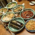 なじみ亭 - なじみ亭(都東京都央区銀座)卓上の大皿料理