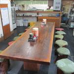 市場食堂 - 店内中央の大きなテーブル席。