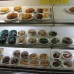 市場食堂 - 棚に並ぶオカズ。400円の定食はコチラのオカズを1品チョイス。