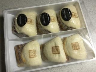 岩崎本舗 西浜町店 - 長崎角煮まんじゅう 3個 &  白バーガー 3個が入っています
