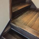 宮鍵 - 年季の入った階段。こういう無垢の板張りって、珍しくなりましたねぇ。