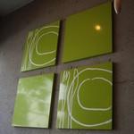TRATTORIA 522 - 店内の壁を飾る当店アイコンでもあるグリーンのアート