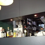 TRATTORIA 522 - カウンター越しに覗ける半OPENの厨房(シェフの横顔もチラリと見える)