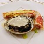 綱町三井倶楽部 - 2015蝦夷鮑フリカッセ白ワイン風味と焼きタラバガニをベアルネーズソースで