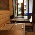 自然派 和食 ダイニング&カフェ SOLA - 一階はテーブル席とカウンター席をご用意しております