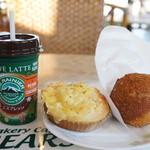 ベーカリーカフェベアーズ - 料理写真:蓋つきカップコーヒーと、ダブルチーズ、玉子カレーパンです