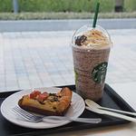 スターバックス・コーヒー - ホワイト チョコラティ クランブル ココ フラペチーノ(豆乳変更+チョコチップ追加+キャラメルソース追加)、ベーコンとほうれん草のキッシュ
