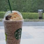 スターバックス・コーヒー - ホワイト チョコラティ クランブル ココ フラペチーノ(豆乳変更+チョコチップ追加+キャラメルソース追加)