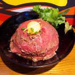 the 肉丼の店 - レアローストビーフ丼(¥850)。3日かけて味を染み込ませる、しっかり味でご飯が進む