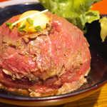 the 肉丼の店 - 甘辛くてピリ辛で、ニンニクの旨味が感じられるタレは、まさに「ユッケ風」