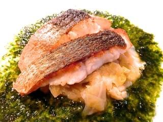 オザミ・デ・ヴァン 本店 - スズキのポワレ 岩のりソース(本日のお魚料理)