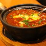 ダリアン - 土鍋麻婆豆腐。片栗粉ベースのペーストの割合が多いタイプ。