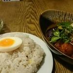 ポニピリカ - 皮がパリッとしたチキンと野菜のカレー 1300円(税込)