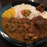 Yatara spice - ポークのマサラ×マグロと小松菜のマサラ× 満願寺のココナッツカレーの3種あいがけ 1,200円