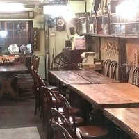 鴨猟理 まりも本店 - 店内を奥に進むと広がる昭和レトロな空間