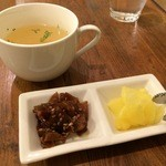 洋食ますだ - コンソメスープと、生姜の佃煮、沢庵(2015.12.25)