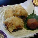 そば季寄 季作久 - ハモ天ぷら南高梅:骨切りしたハモを天ぷらにして、南高梅の塩気と酸味でお召し上がり下さい。