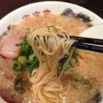 来来亭 河原町三条店 - ラーメンは特徴的な細ストレート麺