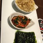 45838514 - 韓国海苔をキムチで巻いて食べる