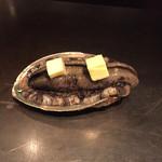 創作鉄板焼き 風紋 - 活アワビ バターを乗せて焼いているところ