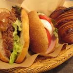 45847141 - 鴨肉とりんごのバターソテーのサンド・トマトとモッツァレラチーズ バジルソース・クロワッサン