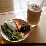 4585246 - 野菜バイキングの野菜とマサラティーです