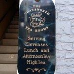 チャッツワース - そして、矢印の方向を見ると。こんなお洒落な看板がありましたよ。THE CHATSWORTH TEA ROOMS Serving Elevenses Lunch and AfternoonTea Hig