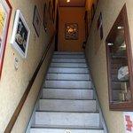チャッツワース - では、階段を登ってお店に向かいましょう。階段の途中に禁煙マークのシールが貼ってあります。禁煙店っていうのが嬉しいですね。