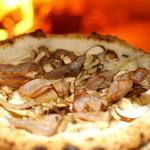 カナマロン - 自家製ベーコン、燻製モッツァレラ、4種のキノコピッツァ