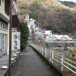 45856214 - 早川沿いにあります