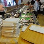 石州蟹番屋 - トレーを持ち、食べたい素材を取っていきます。レジは右奥にあります。