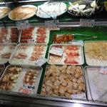 石州蟹番屋 - 食べたい食材を自分で取ります。