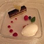 45860768 - アーモンドとチョコレートのタルト ミルクのアイスクリームと木苺のソース