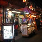 川栄 - いつでも煙が上がる店頭。テイクアウト販売も。
