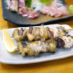 川栄 - ほろほろ鳥 バラ串(1本)¥300 奥はほろほろ鳥の刺身とたたき