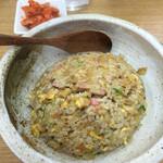 一生懸麺 とっかりⅡ - 実はこのチャーハンがかなりの絶品!お昼の限定でチャーハンと小皿に入ったキムチが250円で提供される。絶対食べて欲しい。d(^_^o)