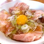 麺や 鳥の鶏次 - レアチャーシュー丼410円…お肉の旨みを引き立てるオニオンソースで!