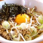 麺や 鳥の鶏次 - 鶏塩丼310円…塩ダレで炒めたミンチと薩摩赤玉の相性抜群!