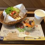 ファンガス・ライス・サンドウィッチーズ - 納豆タマゴサンド¥500、彩りビーンズサラダ¥150