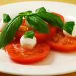 イタリア直輸入のモッツァレラチーズと美味しいトマトのハーモニー