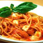 スパゲッティ モッツァレラチーズとバジリコのトマトソース