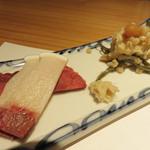 和食 たかもと - 強肴的なクジラ刺2種と豆腐のもろみ漬け。ちびちび飲みながら、つまみながら、喋りながらの至福の時。