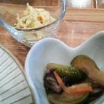 プー ア プー - 小鉢:芽キャベツと椎茸の煮びたし&スパゲッティサラダ