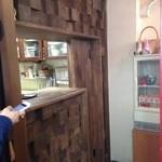 チェルシーベーグル - 店内入り口付近、およびレジカウンター