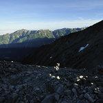 岳沢小屋 - 朝日に照らされる笠ヶ岳と涸沢岳
