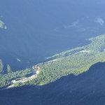 岳沢小屋 - 奥穂高岳山頂から上高地、赤い屋根はほぼ影の中